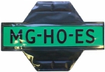 Magneethoes om een groene handelaars kentekenplaat te bevestigen tijdens proefrit met een auto